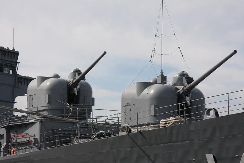 5インチ砲 前51番砲 後ろ 52番砲  5インチ砲 前51番砲 後ろ 52番砲 51番砲にはア
