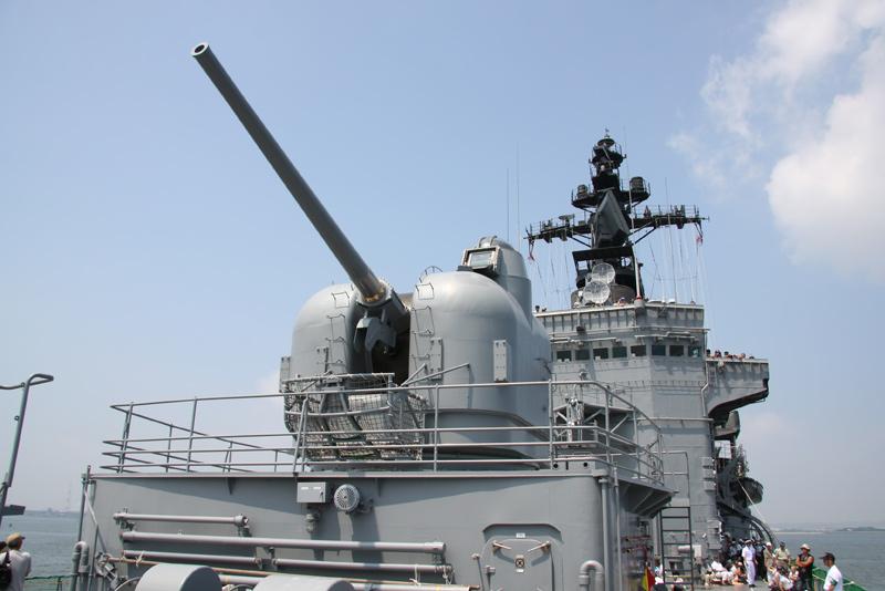 5インチ砲 52番砲  5インチ砲 前51番砲 後ろ 52番砲 51番砲にはアンテナポールを装.