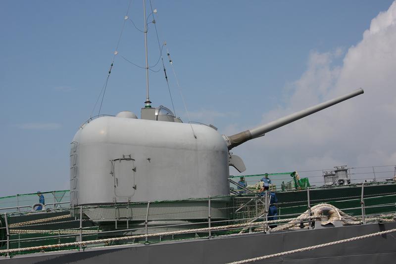 5インチ砲 前 51番砲  艦番号 144 5インチ砲 前51番砲 アンテナのポールが装備されて